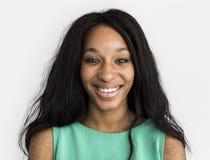Conceito de sorriso do retrato do estúdio da mulher ocasional imagem de stock