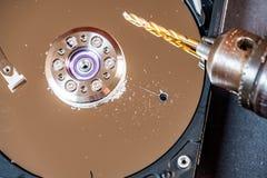 Conceito de suprimir dados grandes furando um furo no disco duro fotos de stock