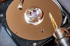 Conceito de suprimir dados grandes furando um furo no disco duro foto de stock
