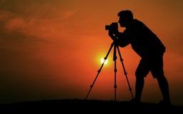 Conceito de Taking Pictures Silhouette do fotógrafo do homem fotos de stock