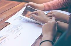 Conceito de Team Brainstorming Data Target Financial do negócio, colegas do acionista que discutem o plano novo Imagem de Stock Royalty Free