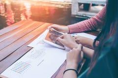Conceito de Team Brainstorming Data Target Financial do negócio, colegas do acionista que discutem o plano novo Imagens de Stock Royalty Free