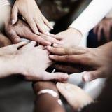 Conceito de Team Teamwork Join Hands Partnership fotos de stock