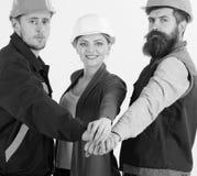 Conceito de Teambuilding Construtor, coordenador, trabalhador, reparador como a equipe amigável fotos de stock royalty free