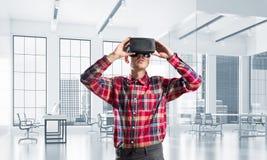Conceito de tecnologias divertidos modernas com o homem que veste a máscara da realidade virtual fotos de stock