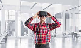 Conceito de tecnologias divertidos modernas com o homem que veste a máscara da realidade virtual imagens de stock
