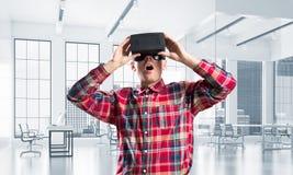 Conceito de tecnologias divertidos modernas com o homem que veste a máscara da realidade virtual foto de stock royalty free