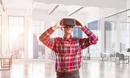 Conceito de tecnologias divertidos modernas com o homem que veste a máscara da realidade virtual fotos de stock royalty free