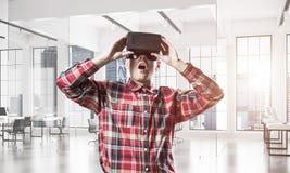 Conceito de tecnologias divertidos modernas com o homem que veste vir fotos de stock royalty free