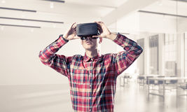 Conceito de tecnologias divertidos modernas com o homem que veste vir imagem de stock royalty free