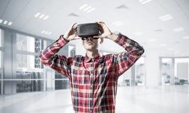 Conceito de tecnologias divertidos modernas com o homem que veste vir fotografia de stock