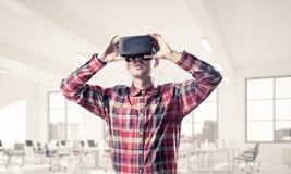 Conceito de tecnologias divertidos modernas com o homem que veste vir fotografia de stock royalty free