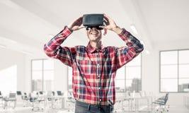Conceito de tecnologias divertidos modernas com o homem que veste vir imagens de stock royalty free