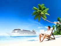 Conceito de trabalho da praia do verão das férias do homem fotos de stock royalty free