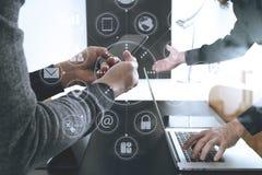 conceito de trabalho da reunião da equipe do co, homem de negócios que usa o telefone esperto dentro Imagem de Stock