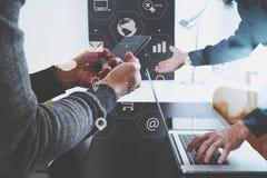 conceito de trabalho da reunião da equipe do co, homem de negócios que usa o telefone esperto dentro Imagens de Stock Royalty Free