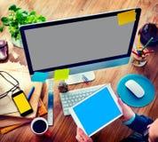 Conceito de trabalho de Digital Devices Using do homem de negócios foto de stock royalty free
