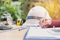 Conceito de trabalho do coordenador do arquiteto com capacete, despertador Imagem de Stock