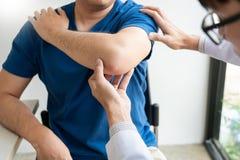 Conceito de trabalho do fisioterapeuta, doutor e sofrimento paciente ou quiropr?tico examinando da dor do ombro na cl?nica m?dica imagem de stock royalty free