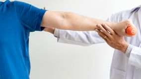 Conceito de trabalho do fisioterapeuta, doutor e sofrimento paciente ou quiropr?tico examinando da dor do ombro na cl?nica m?dica imagem de stock