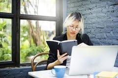 Conceito de trabalho do portátil de Thinking Planning Strategy da mulher de negócios fotos de stock royalty free