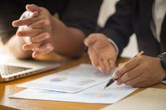 Conceito de trabalho do relatório do negócio da sessão de reflexão, financia do negócio foto de stock