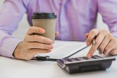 Conceito de trabalho explicando da finança econômica matemática calculadora Fotografia de Stock Royalty Free