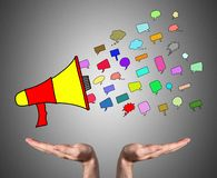 Conceito de uma comunicação sustentado pelas mãos abertas imagens de stock