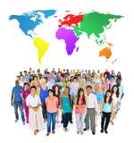 Conceito de uma comunicação global dos povos da diversidade de comunidade da multidão Imagem de Stock Royalty Free