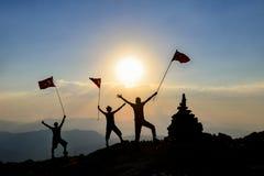 Conceito de uma equipe do negócio A equipe dos executivos bem sucedidos que conquistam a montanha introduz no mercado a parte sup Foto de Stock Royalty Free