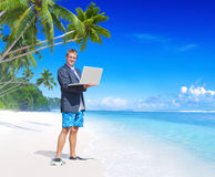 Conceito de Vacation Relaxation Computer do homem de negócios imagem de stock royalty free