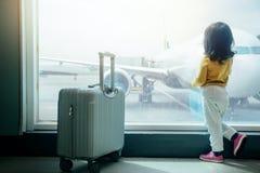 Conceito de viagem das crianças Parte traseira de uma espera velha da menina de dois anos fotografia de stock