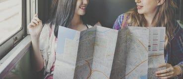 Conceito de viagem do mapa do feriado do lugar frequentado da amizade das meninas Fotografia de Stock