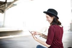 Conceito de viagem do transporte da viagem da tabuleta de Digitas da mulher fotos de stock royalty free