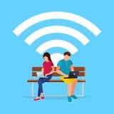 Conceito de Wi-Fi Acople jovens em um estilo liso do assento sobre Imagem de Stock Royalty Free