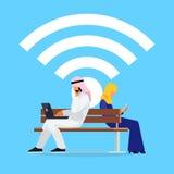 Conceito de Wi-Fi Pares muçulmanos novos em um estilo liso do assento sobre Foto de Stock Royalty Free