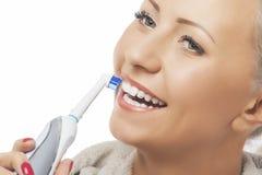 Conceito dental da higiene: Close up caucasiano da cara da mulher que escova a Fotografia de Stock