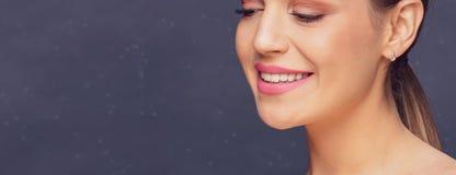 Conceito dental da saúde - dentes bonitos saudáveis e sorriso da mulher fotografia de stock royalty free