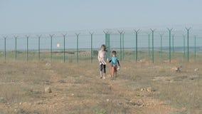 Conceito desabrigado da pobreza da imigração ilegal o irmão e a irmã sairam sozinho em um campo de refugiados menina que guarda a filme