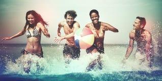 Conceito despreocupado das férias da praia do verão do grupo de pessoas imagem de stock royalty free