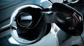 Conceito diesel do carro Tampão aberto do depósito de gasolina do carro com o diesel da palavra foto de stock