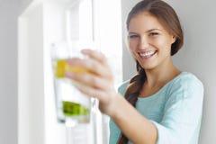 Conceito, dieta e aptidão saudáveis do estilo de vida Mulher que bebe Wate Fotografia de Stock Royalty Free