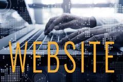 Conceito digital do mercado do Web site com o portátil de utilização masculino do computador imagem de stock