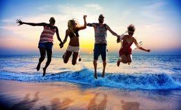 Conceito diverso do tiro em suspensão do divertimento dos amigos do verão da praia Foto de Stock Royalty Free