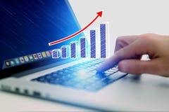 Conceito do ícone do gráfico de negócio que voa para fora um computador - technolog Fotos de Stock Royalty Free