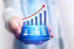 Conceito do ícone do gráfico de negócio que voa para fora um smartphone - technol Fotos de Stock