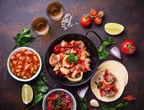 Conceito do alimento mexicano Salsa, tortilha, feijões, fajitas e te foto de stock