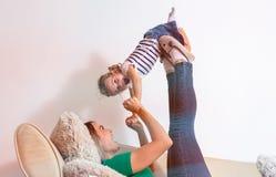 Conceito do amor da família - mãe e filha que têm o divertimento junto foto de stock royalty free