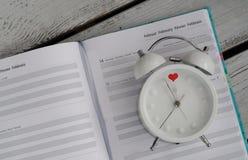 Conceito do amor do calendário do dia de Valentim do despertador Fotos de Stock Royalty Free