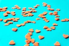 Conceito do amor mínimo Corações doces do açúcar em um fundo colorido Projeto da arte contemporânea fotos de stock